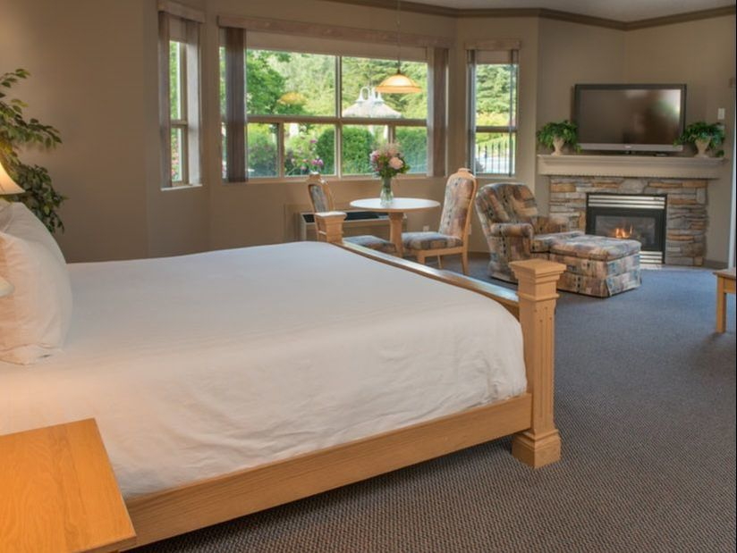 Hilltop Inn Salmon Arm Pool View Suite with Jacuzzi
