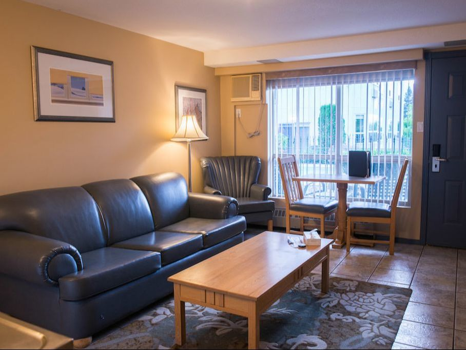 Hilltop Inn Salmon Arm Family Suite with Pool View