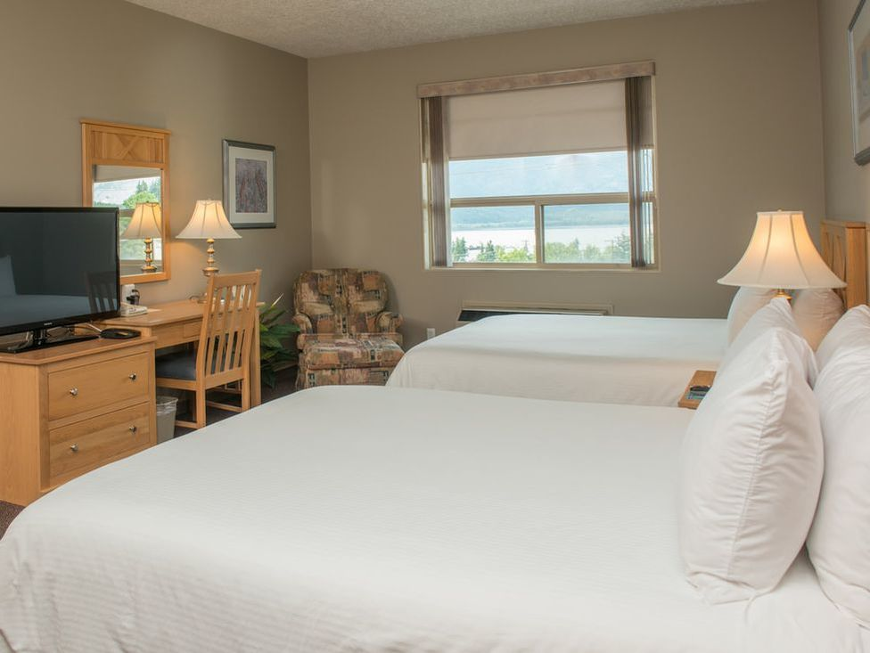 Hilltop Inn Salmon Arm Queen Executive Suite Interior